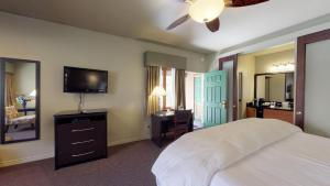 A bed or beds in a room at Flanigan`s Inn