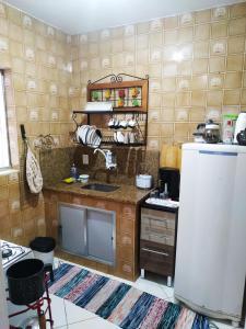 A kitchen or kitchenette at Apartamento espaçoso localizado no Centro de Angra dos Reis
