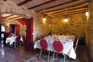 A restaurant or other place to eat at Hotel Rural Barranc De L'ínfern