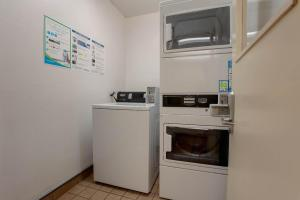 A kitchen or kitchenette at The Loyal Inn Seattle
