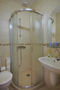 A bathroom at Csigaház panzió