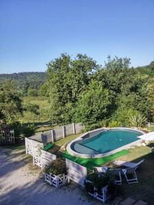 Vista sulla piscina di Colleincanto Parco Agriturismo o su una piscina nei dintorni