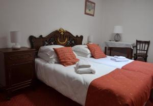 A bed or beds in a room at L'Auberge Catalane
