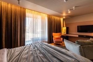 Gulta vai gultas numurā naktsmītnē Maestro Design Hotel