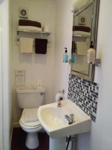 A bathroom at The Pack o' Cards