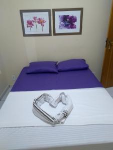 A bed or beds in a room at Jasmim Apê Quartos Privativos Arraial do cabo