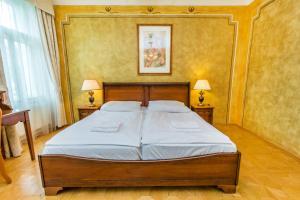 Ein Bett oder Betten in einem Zimmer der Unterkunft Hotel U Jezulatka