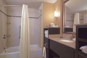 A bathroom at Embassy Suites Columbus - Airport