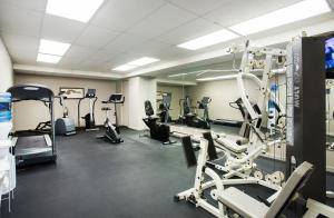The fitness center and/or fitness facilities at Sandman Hotel Victoria