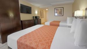 A bed or beds in a room at Galleria Palms Orlando