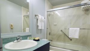 A bathroom at Carriage Inn