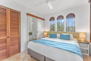 A bed or beds in a room at Martinique On Macrossan