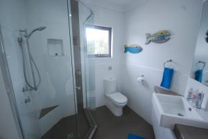 A bathroom at Sandpiper Apartment