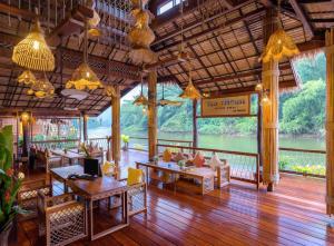 Een restaurant of ander eetgelegenheid bij The Float House River Kwai