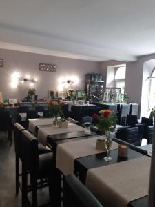 A restaurant or other place to eat at Appart'Hôtel Les Tilleuls