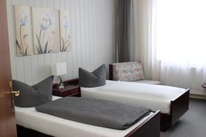 A bed or beds in a room at Gasthof und Pension Frankenthal