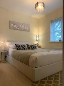 A bed or beds in a room at Luxury at the lawns Reading