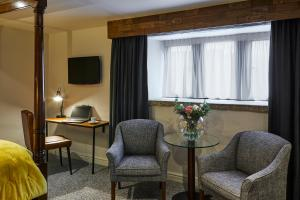 A seating area at Mercure Barnsley Tankersley Manor Hotel