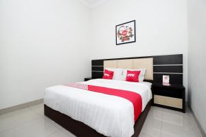 A bed or beds in a room at OYO 2028 Wisma Jepara