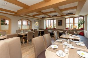 A restaurant or other place to eat at Gasthaus Hotel zum Mohren