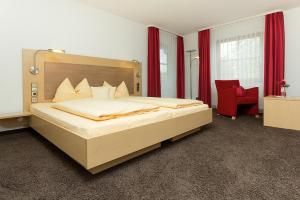 A bed or beds in a room at Gasthaus Hotel zum Mohren