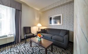 A seating area at Monte Carlo Inn Oakville Suites