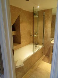 A bathroom at Twenty Nevern Square Hotel