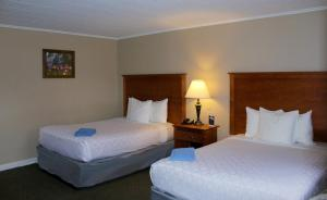A bed or beds in a room at Canyon Motel