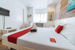 A bed or beds in a room at RedDoorz Plus @ Altaroca Antipolo