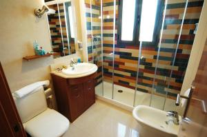 A bathroom at Aparthotel Bahía