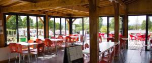 Restaurant ou autre lieu de restauration dans l'établissement Camping Porte des Vosges