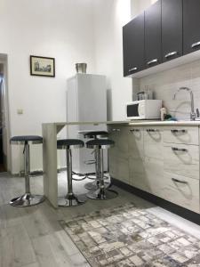 Кухня или мини-кухня в Apartment suite Mukachevo
