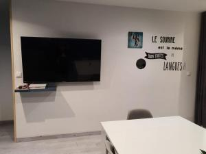 A television and/or entertainment center at Appartement Villiers sur Morin proche de Disneyland