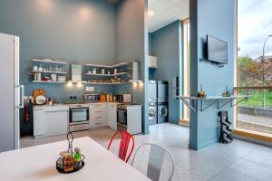 Küche/Küchenzeile in der Unterkunft MEININGER Hotel Paris Porte de Vincennes