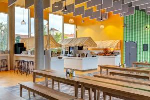 Ein Restaurant oder anderes Speiselokal in der Unterkunft MEININGER Hotel Paris Porte de Vincennes