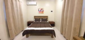 Cama ou camas em um quarto em Beautiful Apartment minutes from the Beach