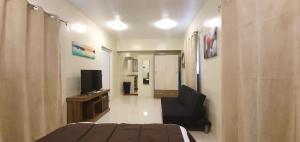 Uma TV ou centro de entretenimento em Beautiful Apartment minutes from the Beach