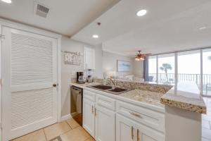 A kitchen or kitchenette at Long Beach Resort