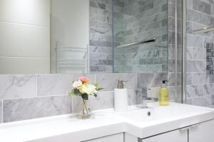 A bathroom at Reading Kings Road Lodge by Creatick Apartments