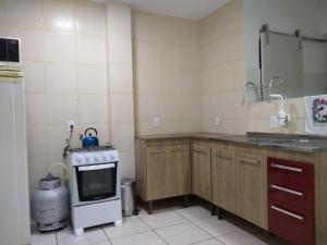 A kitchen or kitchenette at Quarto aconchegante no Calçadão