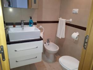 A bathroom at Apartment Av. Central - 2