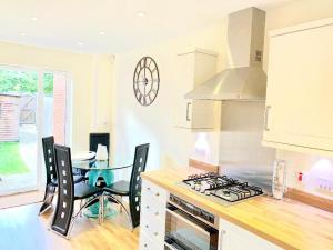 A kitchen or kitchenette at Luxury at the lawns Reading