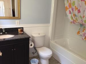 A bathroom at Millstream Cottages