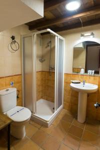 A bathroom at Hostal Rural La Fonda Del Rocio