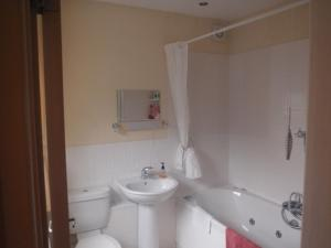 A bathroom at Harbour View Bungalow