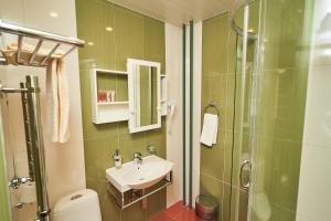 A bathroom at Garden Hotel