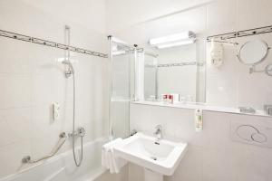 A bathroom at Austria Trend Hotel Astoria Wien
