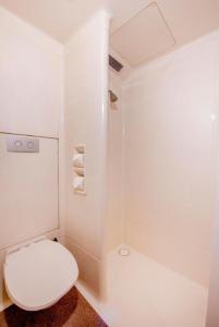 A bathroom at ibis Budget - Campbelltown