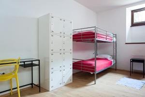 Katil dua tingkat atau katil-katil dua tingkat dalam bilik di Hostel Starówka