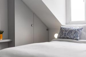 A bed or beds in a room at Stunning loft apartment